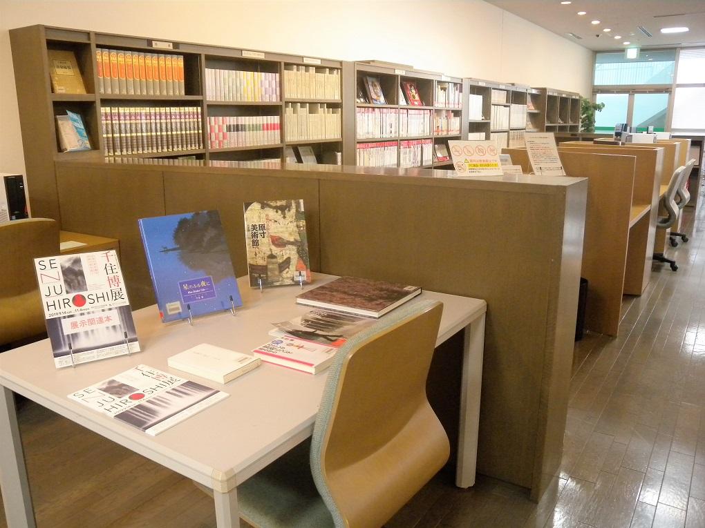 [新着情報]3Fライブラリーでは、「千住博展」関連本コーナーを設けています。