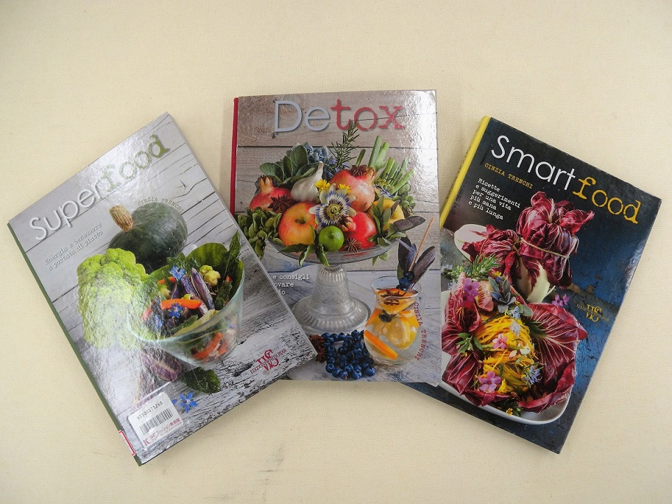 [新着情報] 11月のライブラリーの新着図書は、今、話題のスーパーフードやデトックスがテーマのレシピ本です。