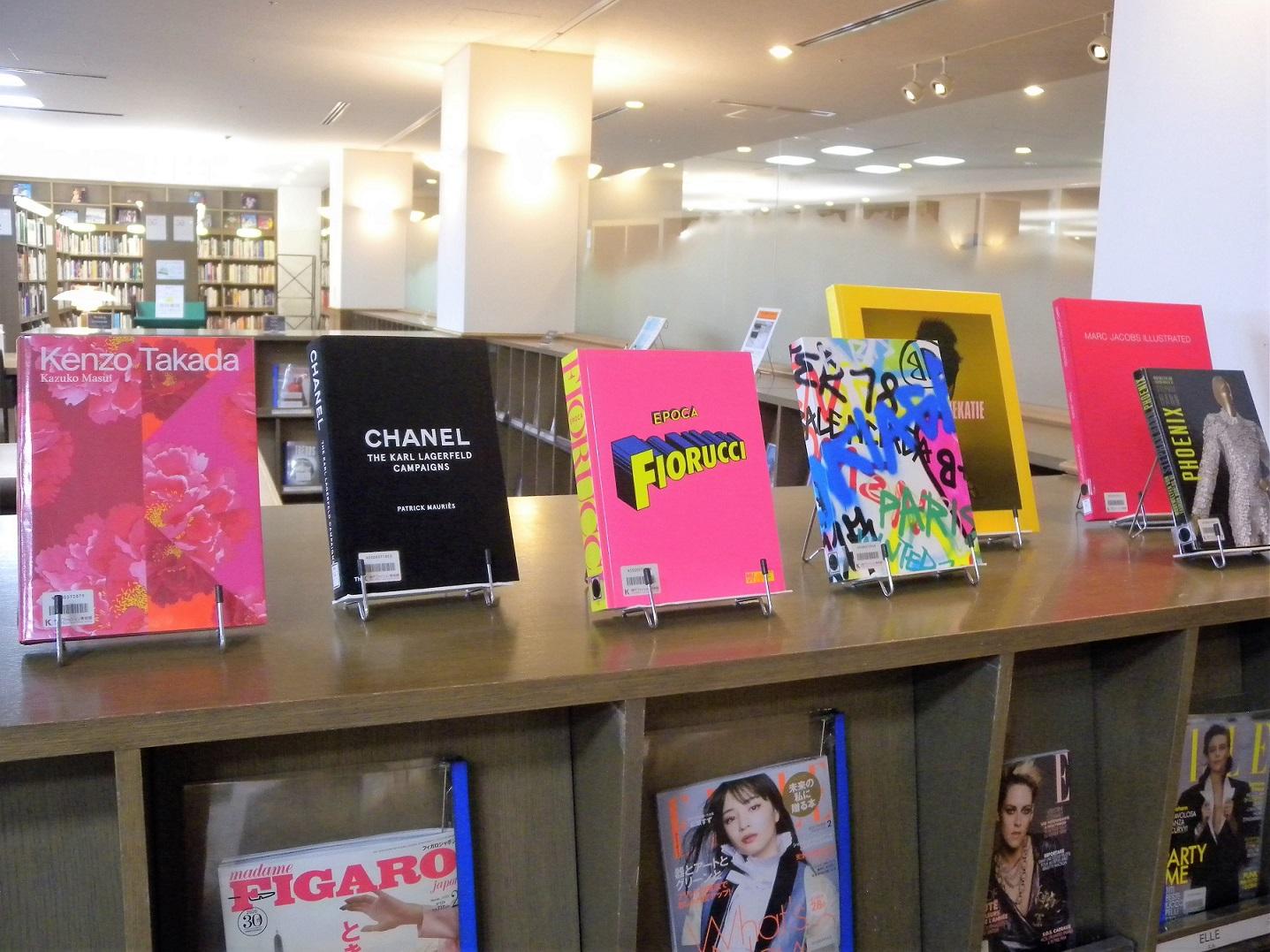[新着情報] 1月のライブラリーの新着図書は、ファッションデザイナーの作品集です。