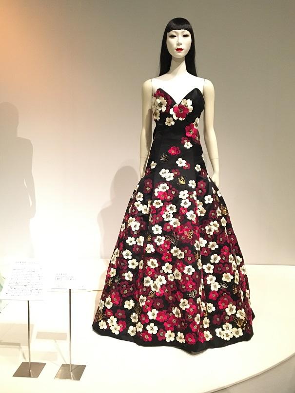 [イヴニング・ドレス展] 美しい桜の花に彩られた「紅会」のドレス展示は、1/19(日)までとなります。お見逃しなく!