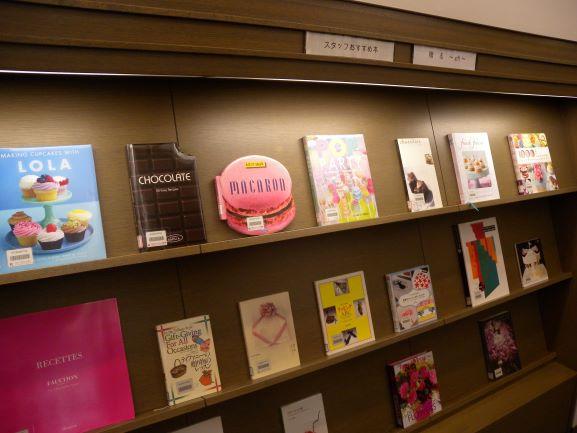 [おすすめ本情報] 3Fライブラリーではバレンタインデー・卒業の季節に「贈る」をテーマにご紹介しています。