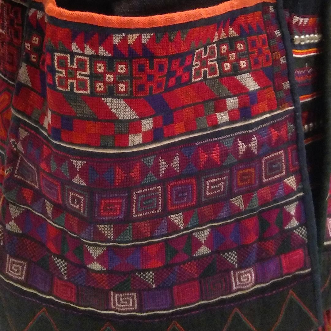 コレクション展「山に暮らす人びと」の見どころ④ 【アジアの山に暮らすアカ族のユニークな衣装】