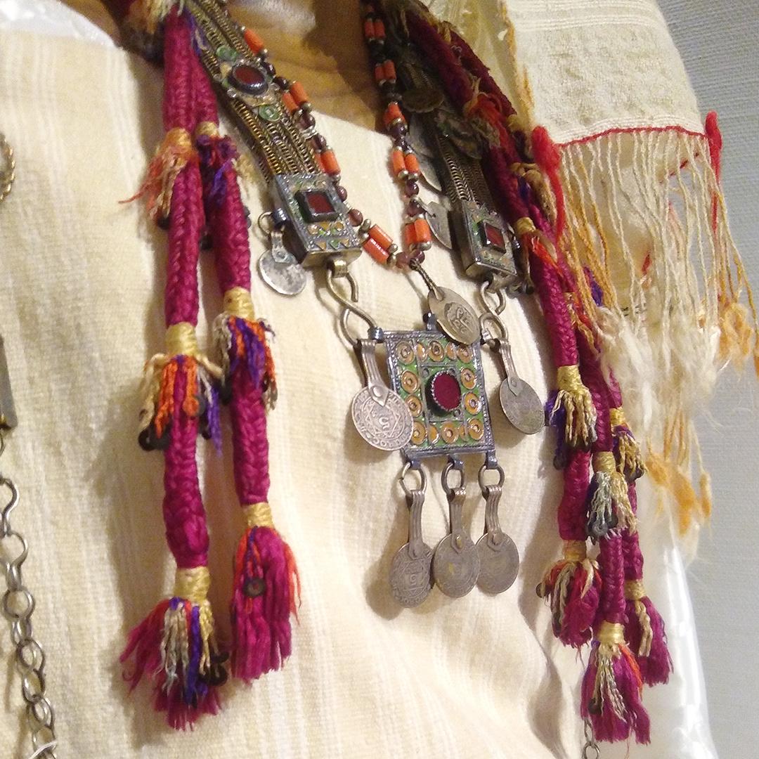 コレクション展「山に暮らす人びと」の見どころ⑤ 【ベルベルの豪華絢爛な衣装】